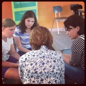 Gespanntes Zuhören beim Interview für die Schülerzeitung